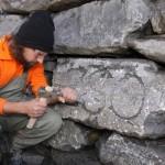 Pionier baut Trockenmauer